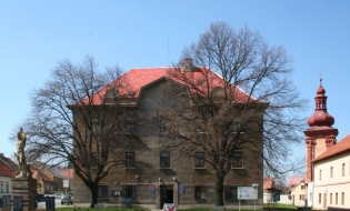 Městské muzeum v Sadské – exhibition showing the study and library of Paroubek (Georgion)